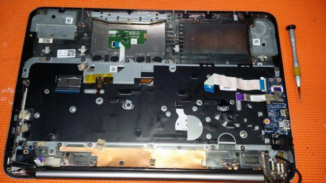 ordenador mojado abierto