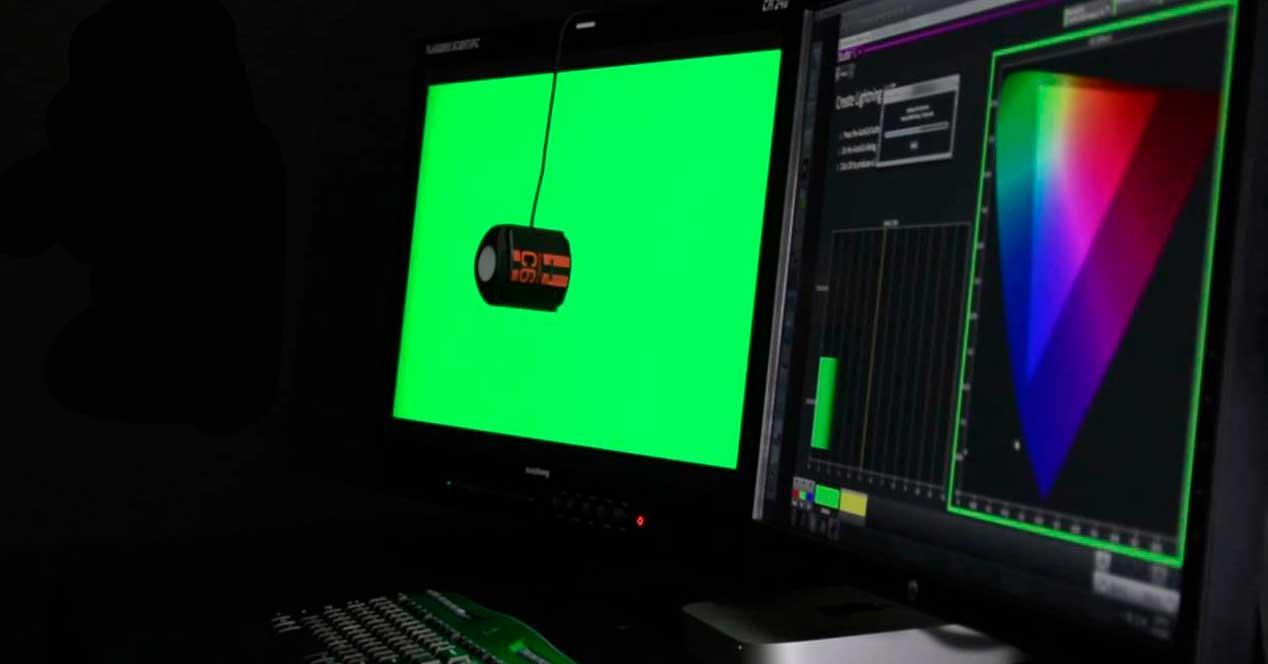 personas ven diferentes colores de un monitor.jpg