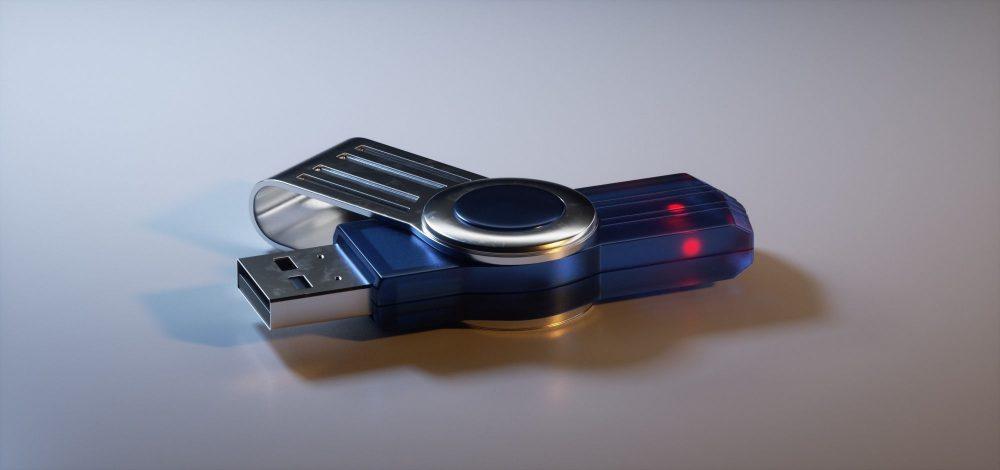 Pendrive USB sobre la mesa