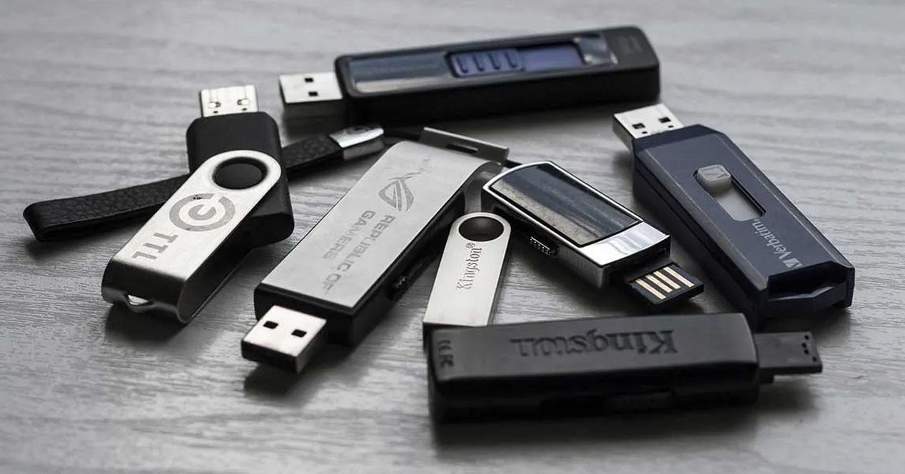 Pendrives USB sobre la mesa