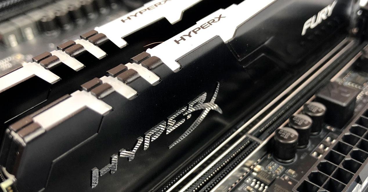 Módulos de RAM HyperX Fury conectados